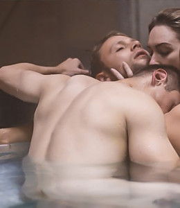 couple hvaing threesome in a hot tub, sense8