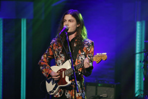 BØRNS singing and playing guitar