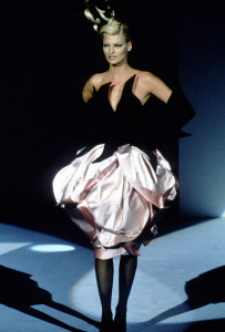 PARIS, FRANCE - CIRCA 1995: Linda Evangelista at the Thierry Mugler Fall 1995 show circa 1995 in Paris, France. (Photo by PL Gould/IMAGES/Getty Images)