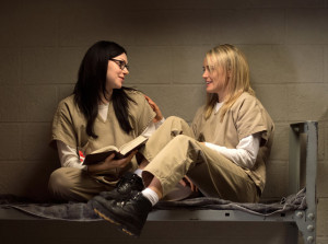 netflix orange is the new black, Taylor Schilling, Laura Prepon, sitting on a bunk