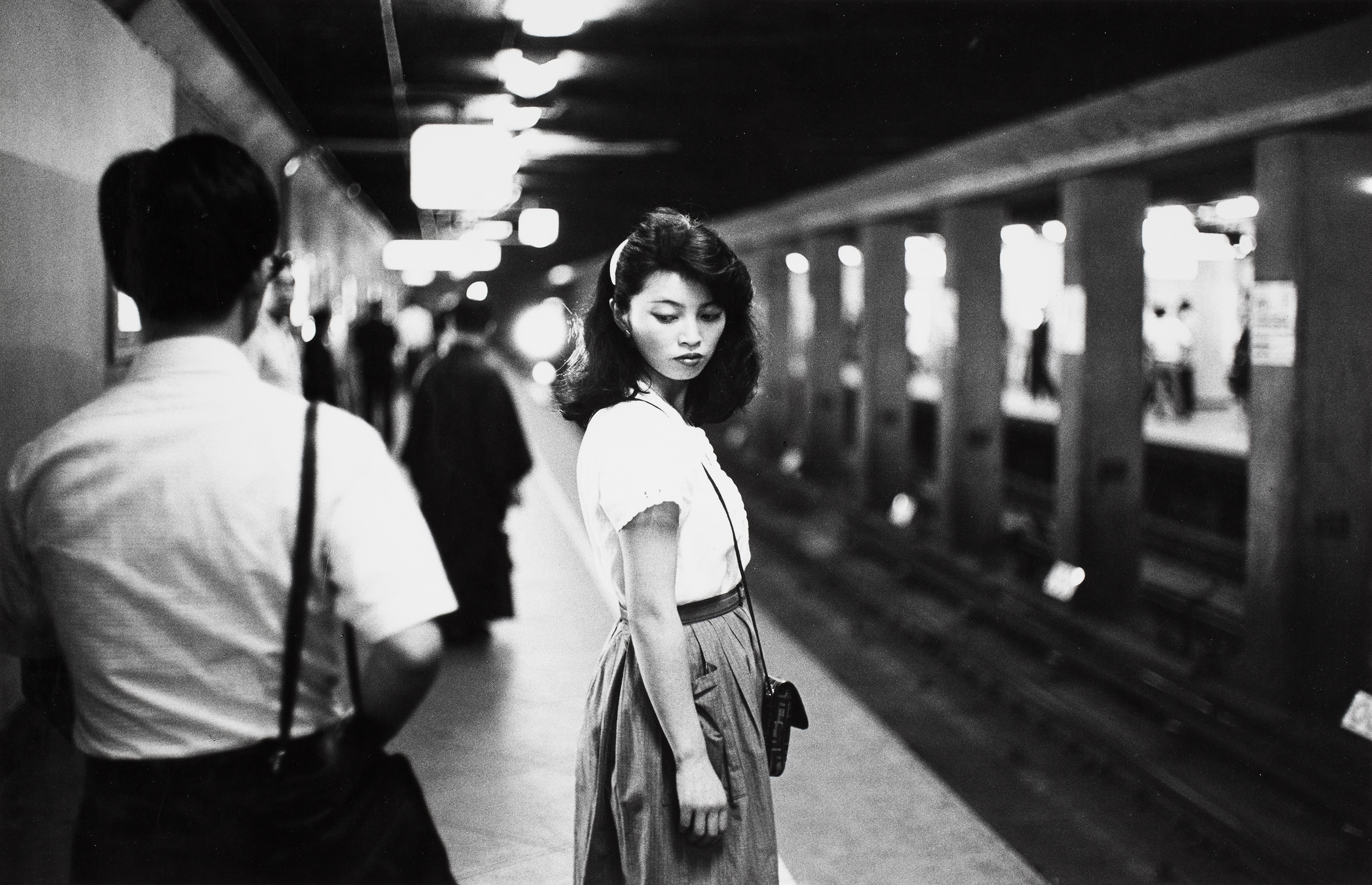 Girl in the subway, Tokyo (1984) by Ed van der Elsken. Nederlands Fotomuseum / © Ed van der Elsken / Collection Stedelijk Museum Amsterdam.